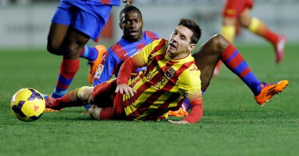 19.jan.2014 - Messi cai após sofrer falta de Pepe Diop durante partida entre Barcelona e Levante