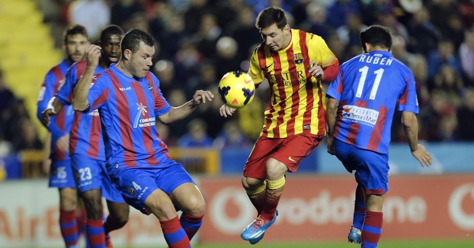 19.jan.2014 - Messi encara a marcação de dois jogadores durante partida entre Barcelona e Levante pelo Campeonato Espanhol