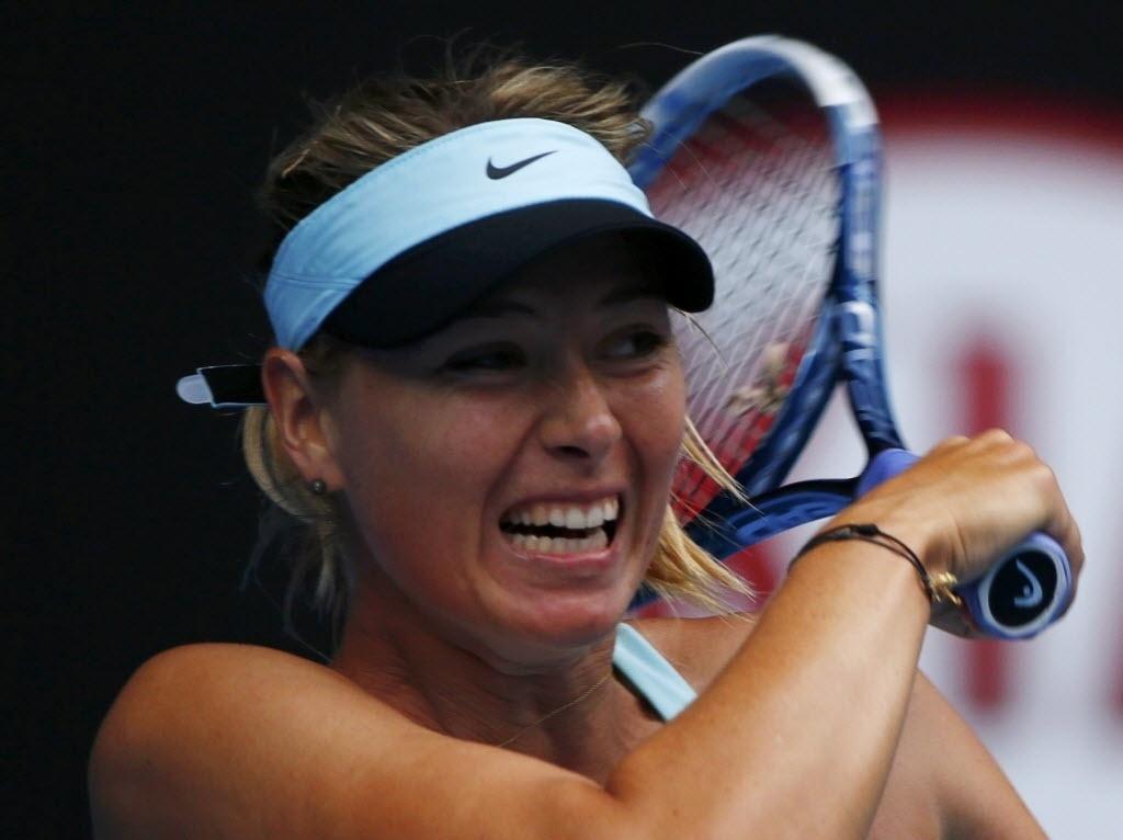 19.jan.2014 - Sharapova faz careta após rebater bola de Dominika Cibulkova em jogo das oitavas do Aberto da Austrália