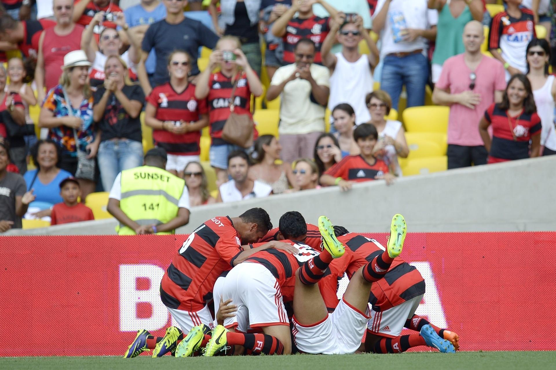 19.jan.2014 - Welinton leva 'montinho' de companheiros de Flamengo após abrir o placar sobre o Audax, pelo Carioca