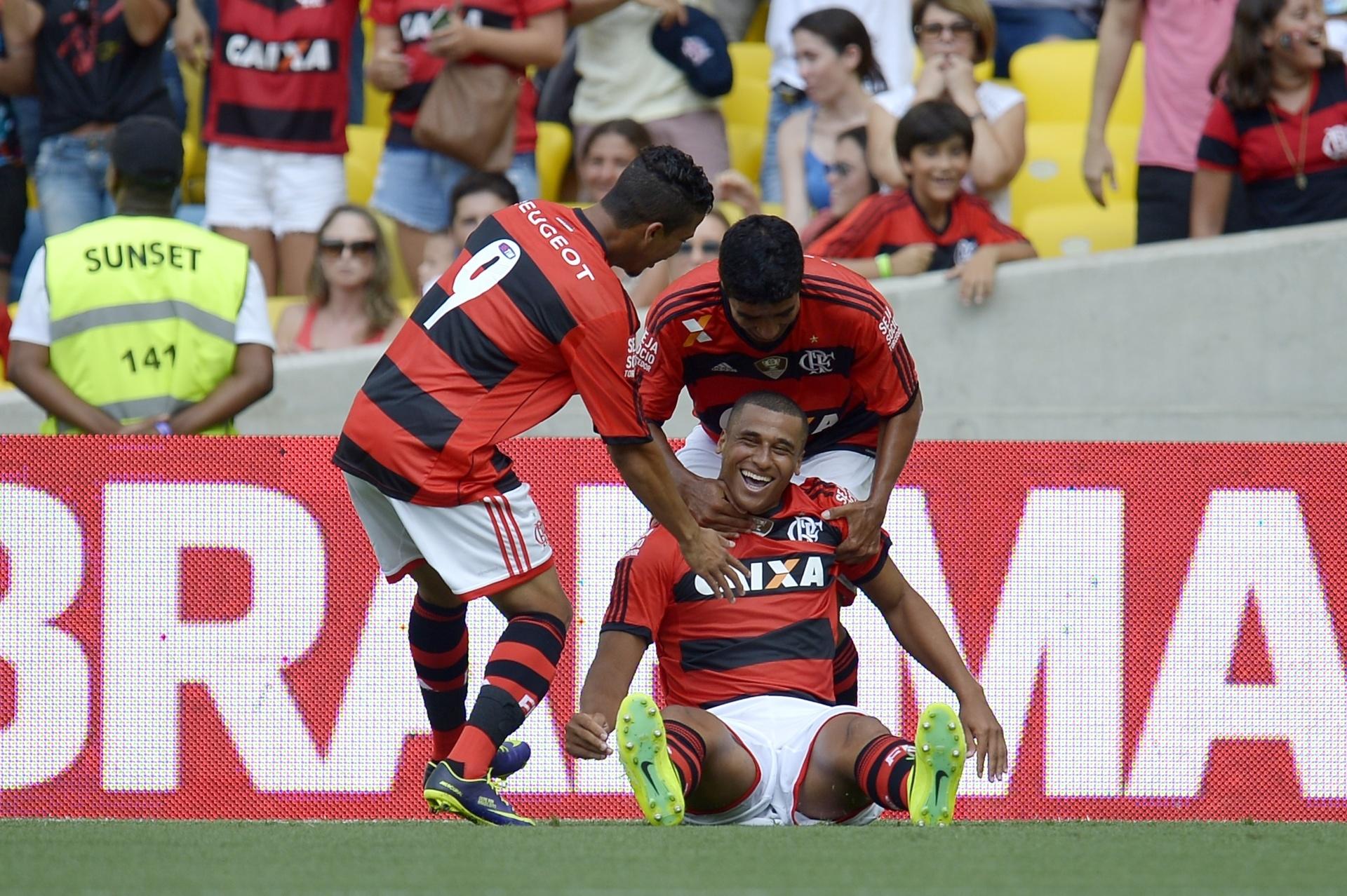 19.jan.2014 - Welinton vai ao chão na comemoração do seu gol para o Flamengo contra o Audax, no Maracanã