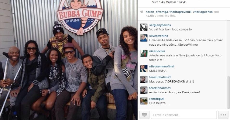 Anderson Silva posta foto no Instagram acompanhado da família e carregando muletas