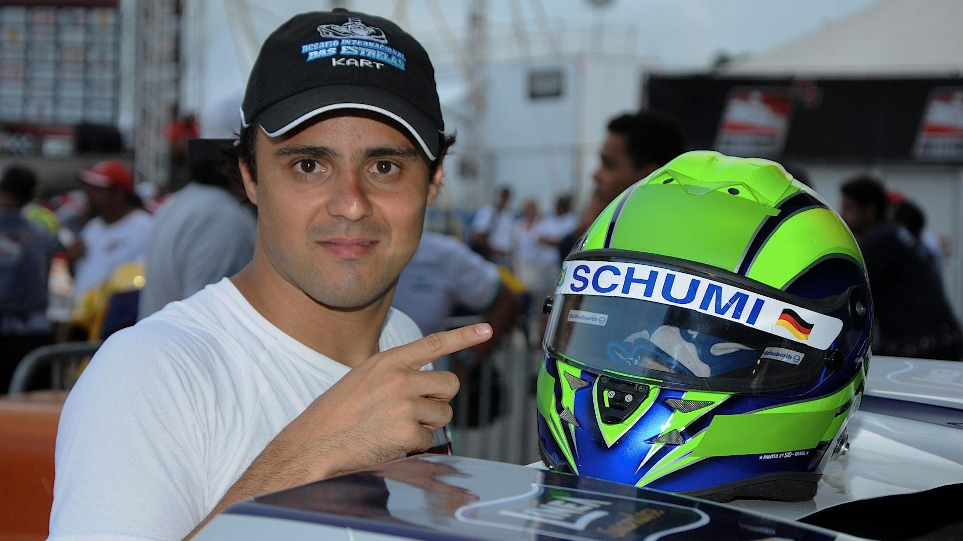 11.01.14 - Massa com capacete em homenagem a Schumacher no Desafio das Estrelas