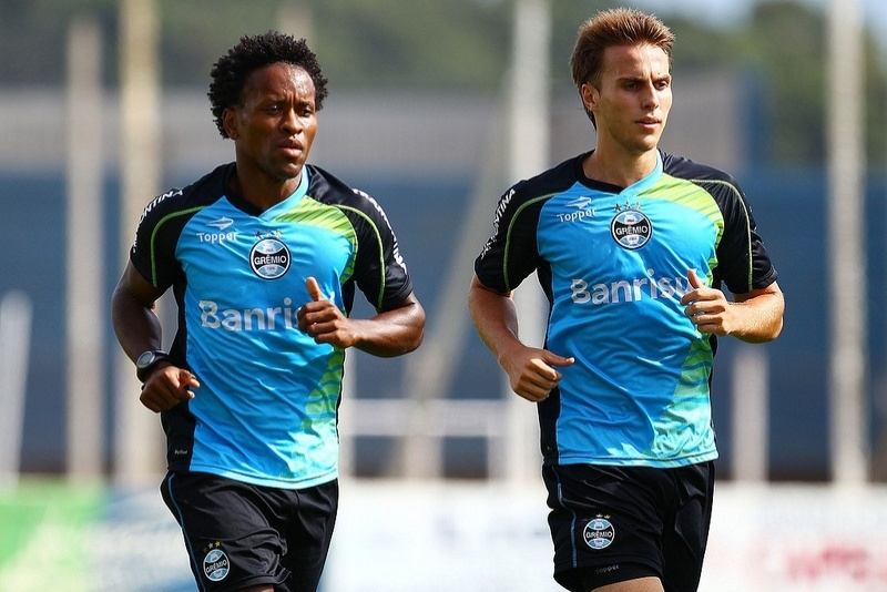20 jan 2014 - Zé Roberto (e) corre ao lado de Bressan em treinamento de pré-temporada do Grêmio