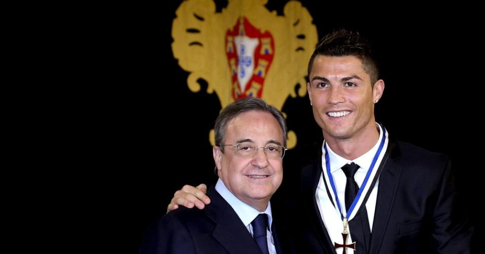 20.01.14 - Cristiano Ronaldo e o presidente do Real Madrid, Florentino Pérez; português foi condecorado pelo governo de Portugal