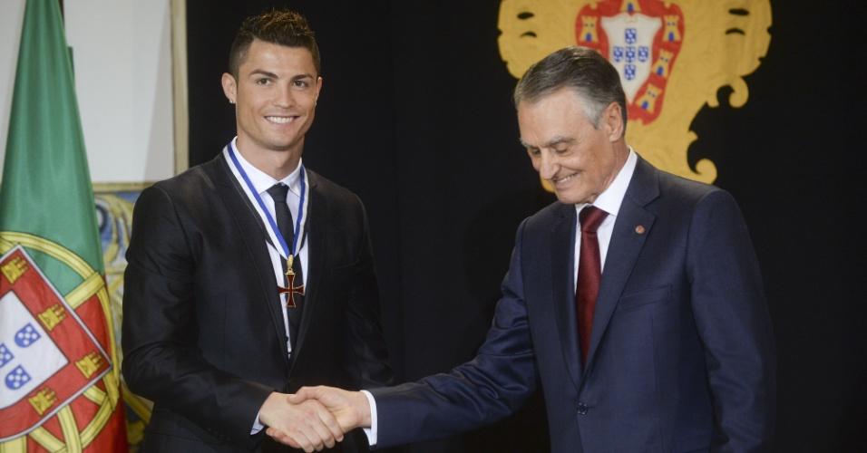 20.01.14 - Cristiano Ronaldo recebe condecoração do presidente de Portugal, Aníbal Cavaco Silva
