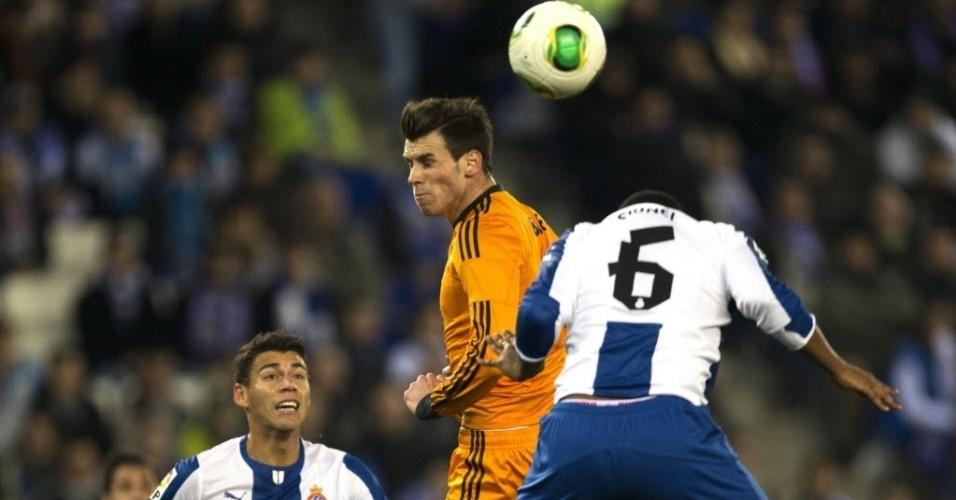 21. jan. 2014 - Bale disputa jogada com Sidnei Rechel em jogo do Real contra o Espanyol pela Copa do Rei