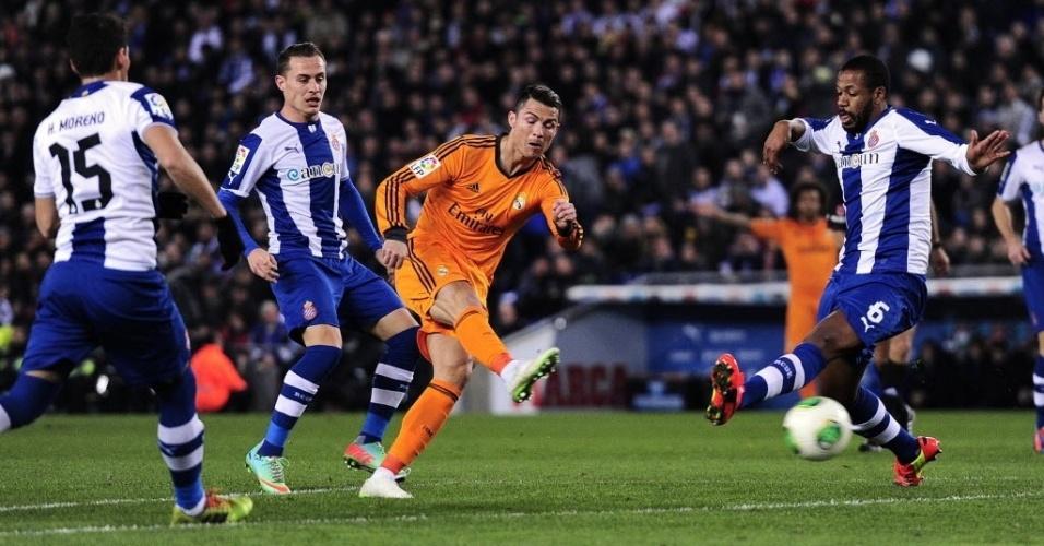 21. jan. 2014 - Cristiano Ronaldo arrisca chute em partida da Copa do Rei contra o Espanyol