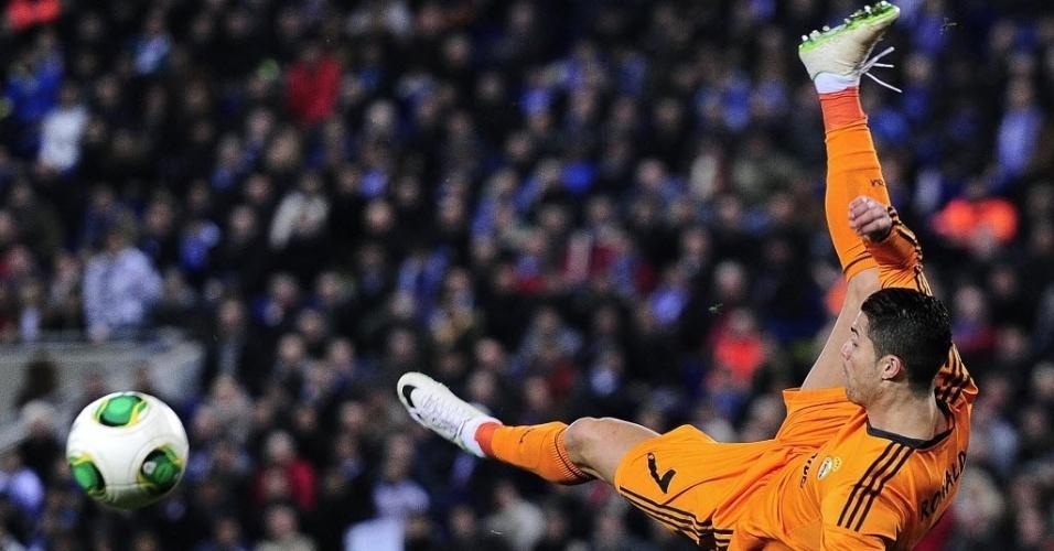 21. jan. 2014 - Cristiano Ronaldo faz acrobacia para tentar chutar a bola durante partida do Real Madrid contra o Espanyol, pela Copa do Rei
