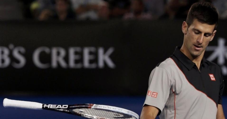 21.jan.2014 - Novak Djokovic larga a raquete após perder para Stanislas Wawrinka nas quartas de final do Aberto da Austrália
