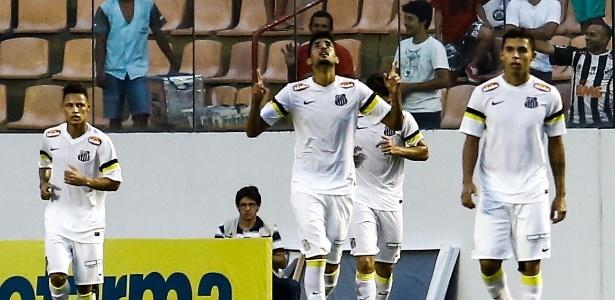 Stefano Yuri comemora ao marcar um de seus gols para o Santos na vitória sobre o Atlético-MG