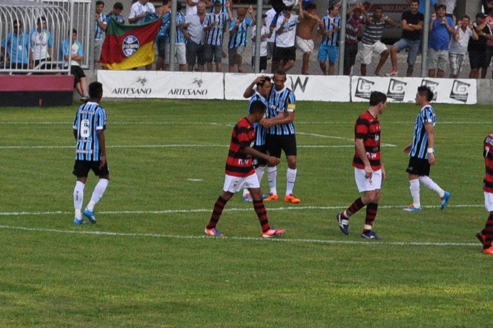 22 jan 2014 - Kleber e Barcos comemoram gol do Grêmio em amistoso