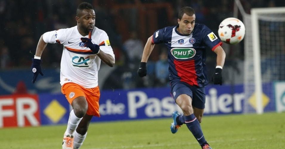 22.jan.2014 - Lucas tenta chegar na bola antes de Siaka Tiene, do Montpellier, durante jogo da Copa da França