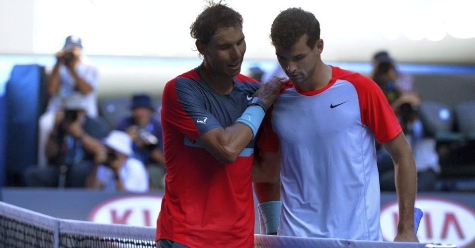 22.jan.2014 - Nadal conversa com Grigor Dimitrov após partida das quartas de final do Aberto da Austrália