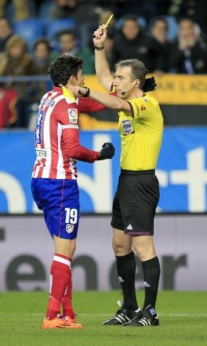23.jan.2014 - Atacante Diego Costa recebe cartão amarelo durante a partida entre Atlético de Madrid e Bilbao, pela Copa do Rei