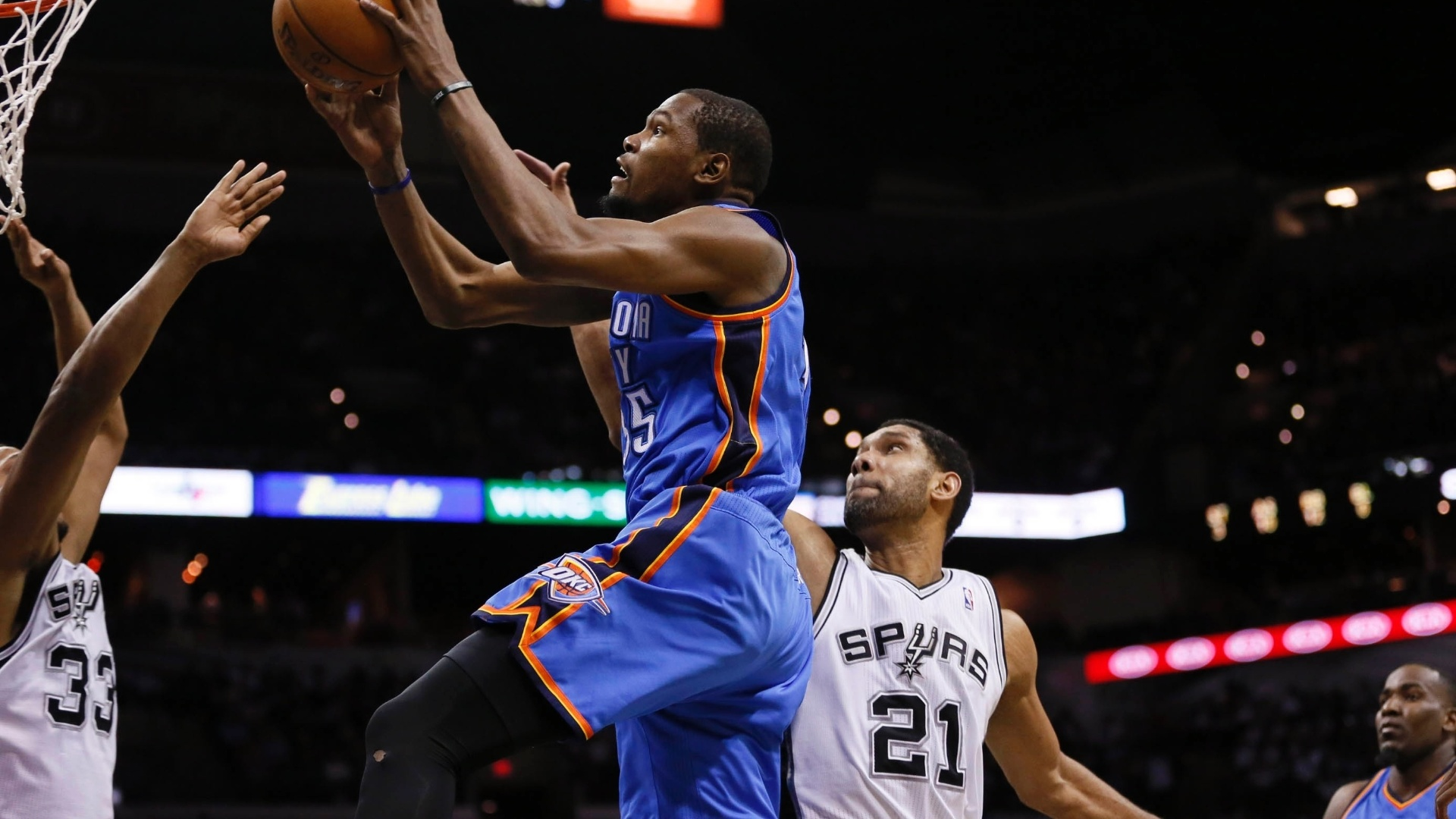23.jan.2014 - Kevin Durant, do Thunder, sobe para bandeja em partida contra os Spurs