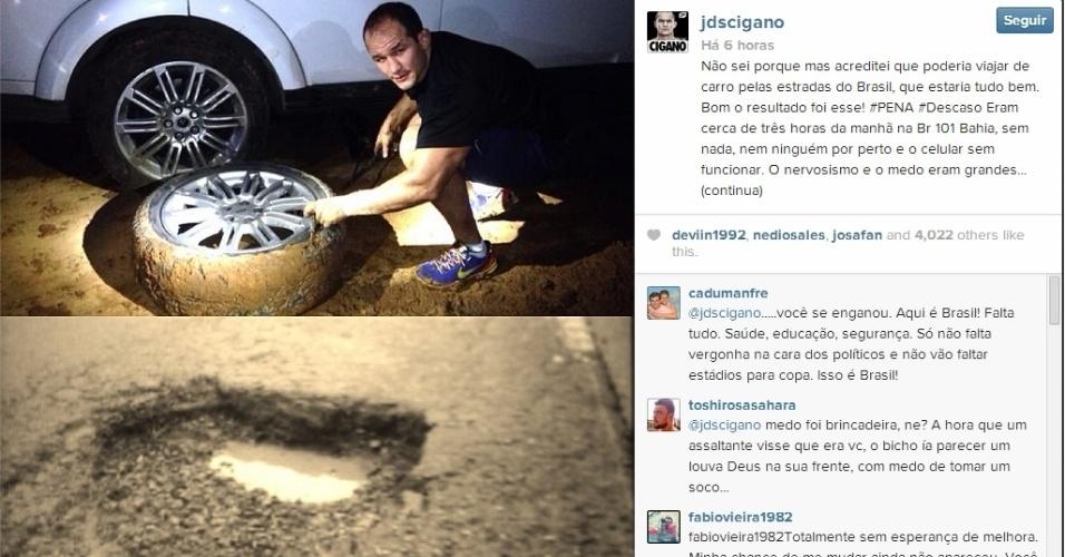 Júnior Cigano troca pneu de carro durante viagem em estrada na Bahia