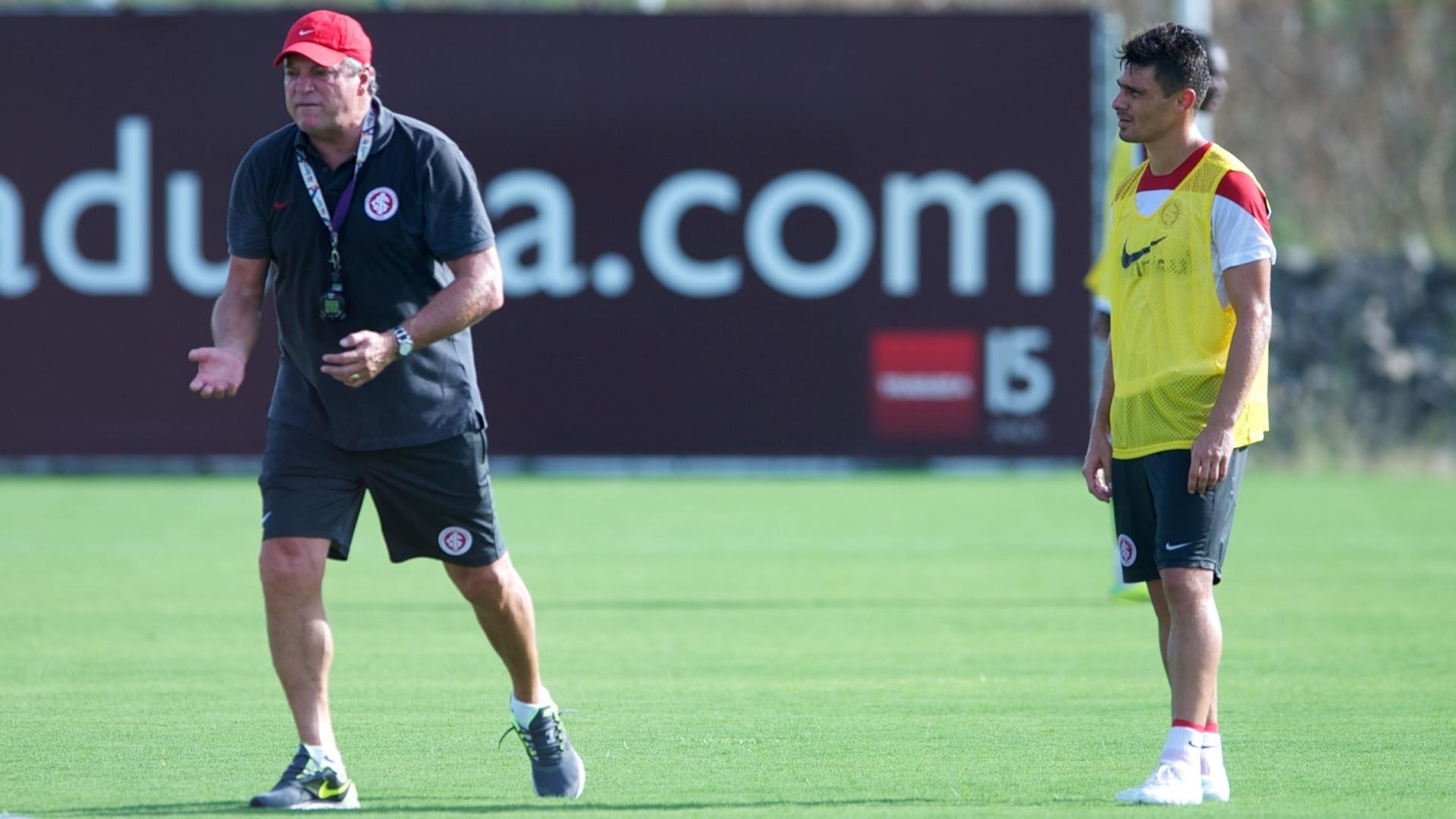 Técnico Abel Braga orienta o meia Alex durante treino do Inter no CT do Parque Gigante (22/01/2014)