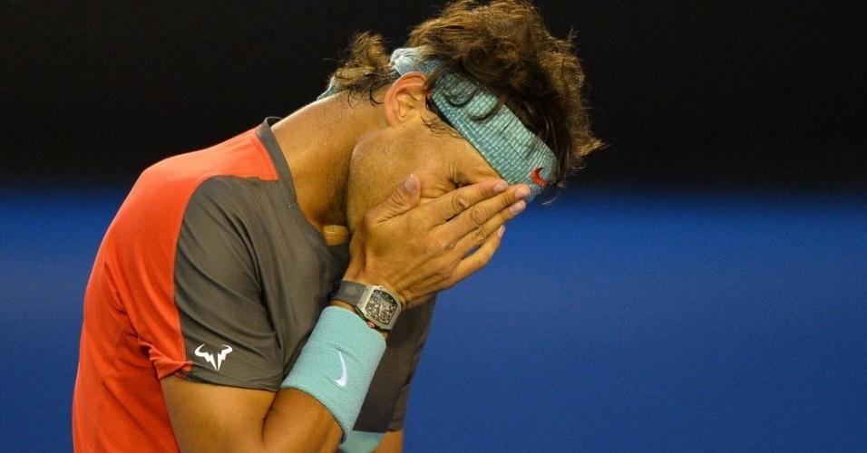 24.jan.2014 - Rafael Nadal lamenta ponto perdido durante semifinal do Aberto da Austrália contra Roger Federer