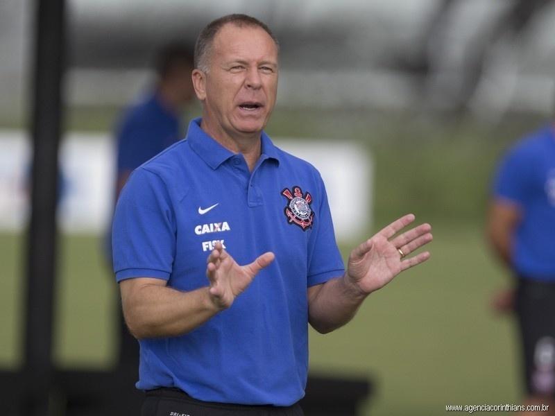 Mano Menezes, técnico do Corinthians, orienta o treino no CT Joaquim Grava