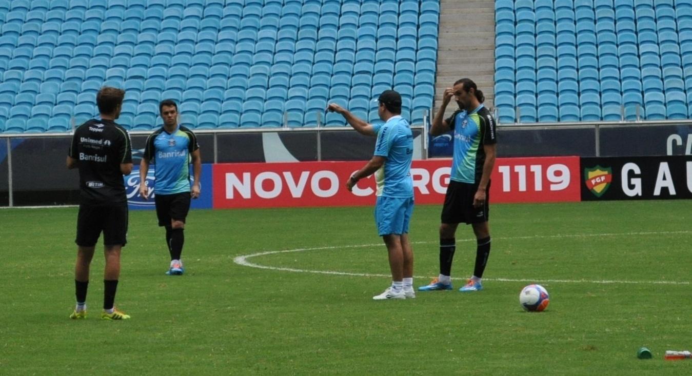 25 jan 2014 - Enderson Moreira conversa com Maxi, Kleber e Barcos em treino do Grêmio