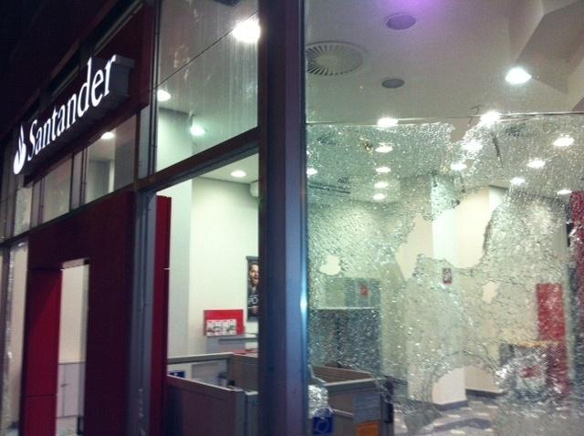 25.jan.2014 - Agência bancária sofre depredação durante protesto em São Paulo contra a Copa do Mundo