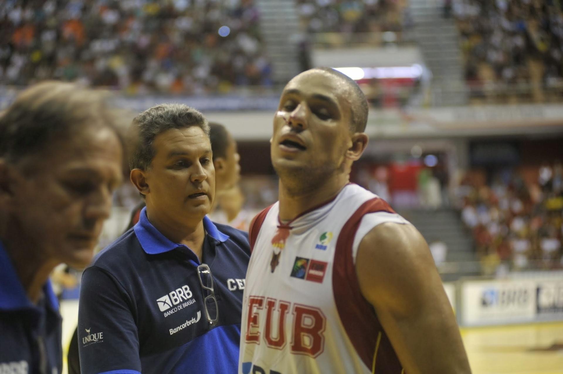 25.jan.2014 - Alex, do Brasília, deixa a quadra após fraturar o nariz na derrota para o Flamengo, pelo NBB