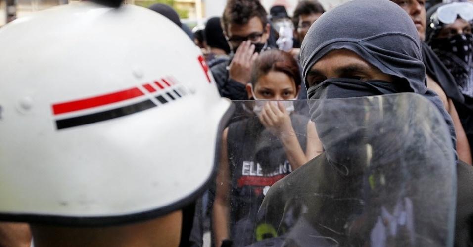 """25.jan.2014 - Grupo de """"blacks blocs"""" encara a polícia em protesto na avenida Paulista contra a realização da Copa do Mundo"""