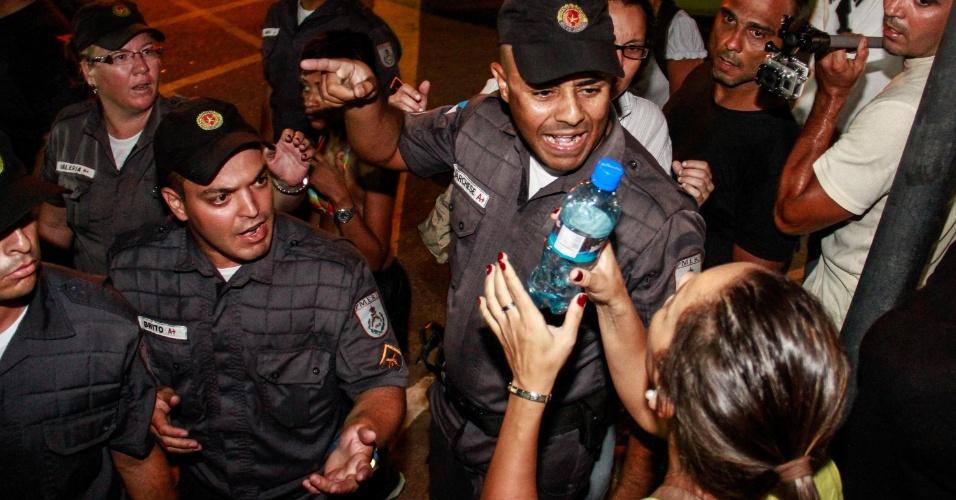 25.jan.2014 - Manifestante discute com policial durante protesto no Rio de Janeiro