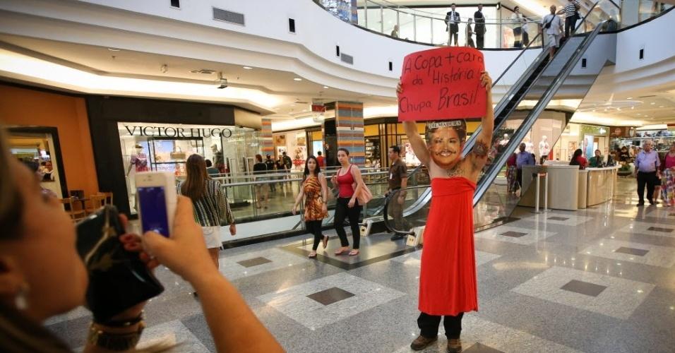 25.jan.2014 - Manifestante se fantasia de Dilma Rousseff para protestar contra a realização da Copa do Mundo em um shopping de Brasília