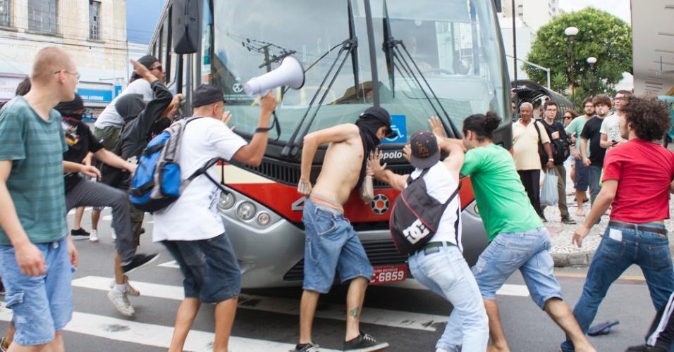 25.jan.2014 - Manifestantes atacam ônibus em Curitiba durante protesto contra a Copa