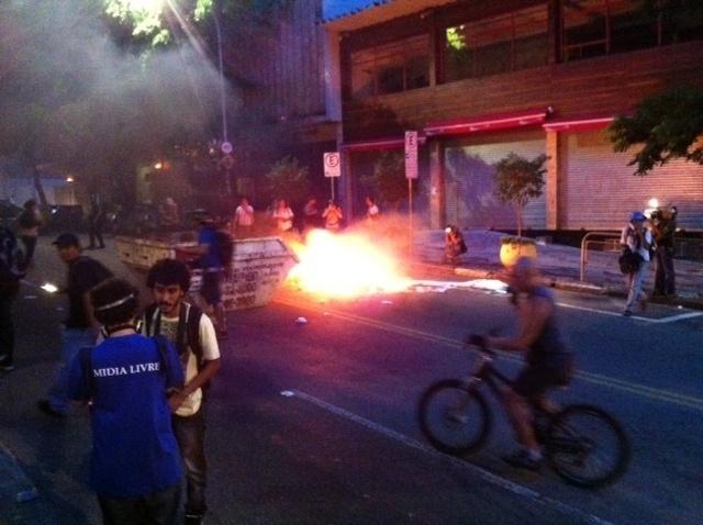 25.jan.2014 - Manifestantes colocam fogo em faixa da Consolação. Região tem protestos contra a realização da Copa do Mundo no Brasil