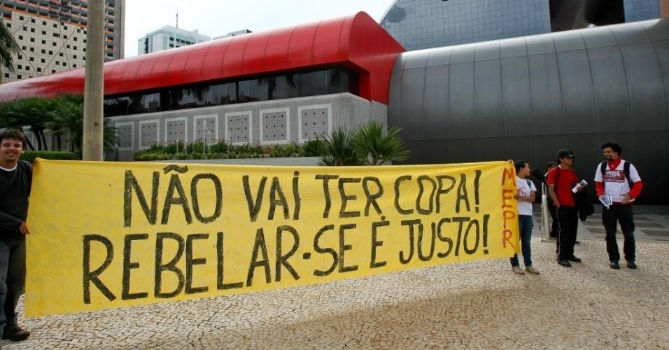 25.jan.2014 - Manifestantes protestam contra a Copa do Mundo no Brasil, em Brasília