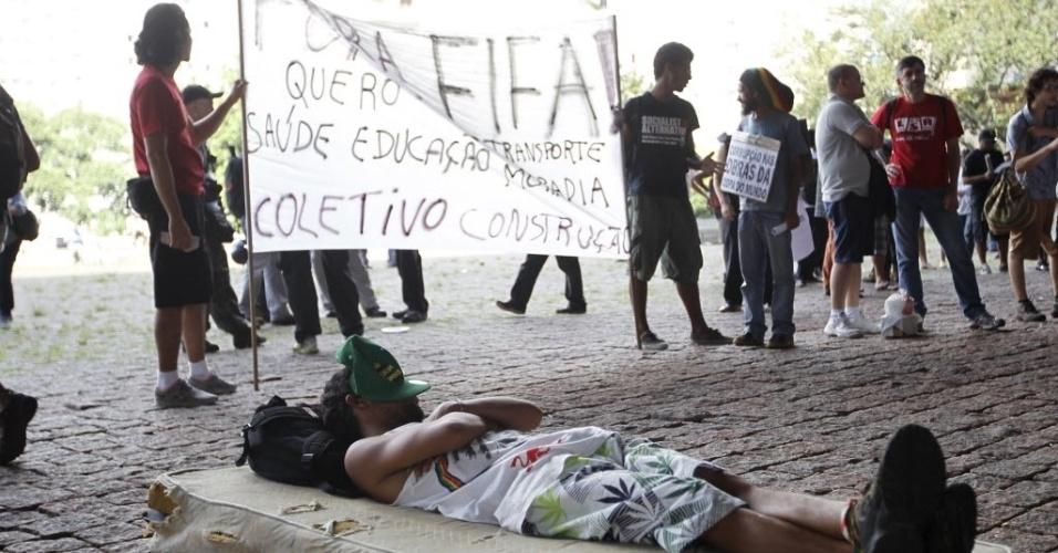 25.jan.2014 - No vão livre do Masp, manifestantes protestam contra a realização da Copa do Mundo