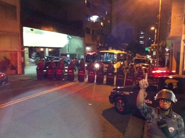 25.jan.2014 - Polícia se prepara para retirar detidos após manifestação em São Paulo