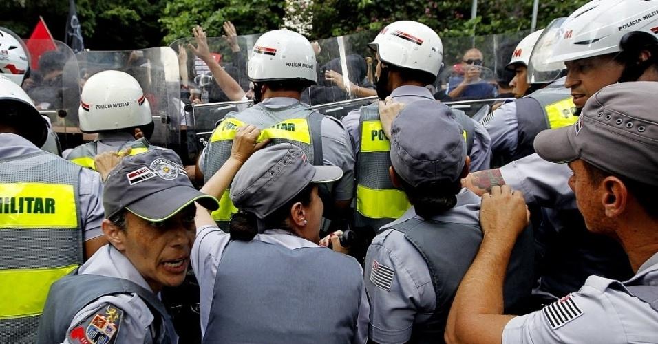 25.jan.2014 - Policiais fazem barreira durante protesto na avenida Paulista contra a realização da Copa do Mundo
