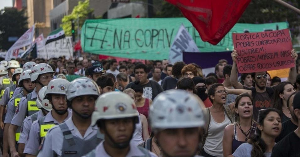 25.jan.2014 - Protesto contra a Copa do Mundo no Brasil é realizado na região da avenida Paulista