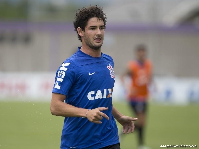 Alexandre Pato, atacante do Corinthians, treina com os companheiros no CT Joaquim Grava