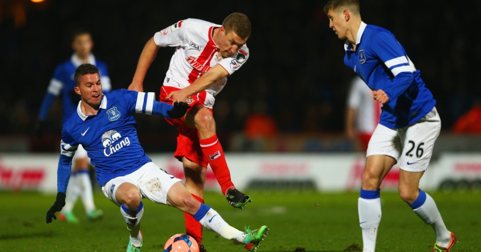 Costarriquenho Bryan Oviedo, do Everton, quebra a perna em lance da Copa da Inglaterra, contra o Stevenage