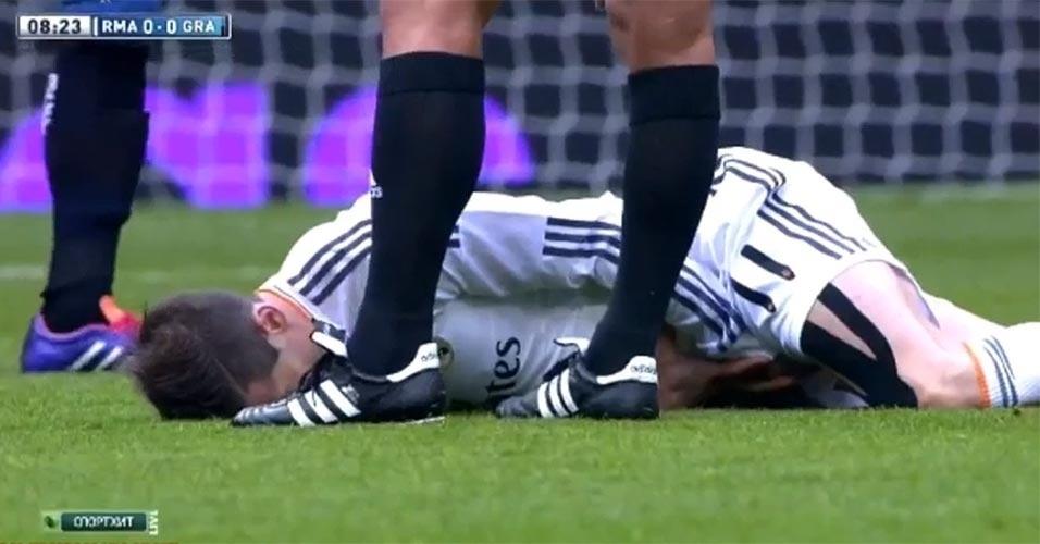 Gareth Bale, do Real Madrid, fica no chão após levar chute de jogador do Granada
