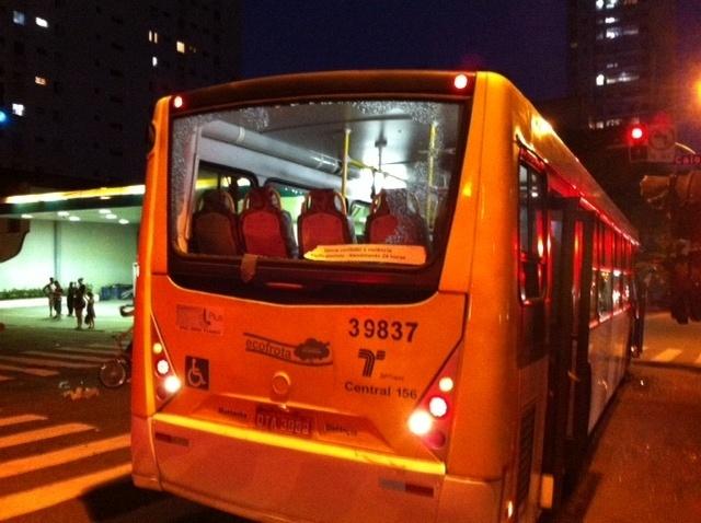 Ônibus tem o vidro quebrado por manifestantes em protesto em São Paulo