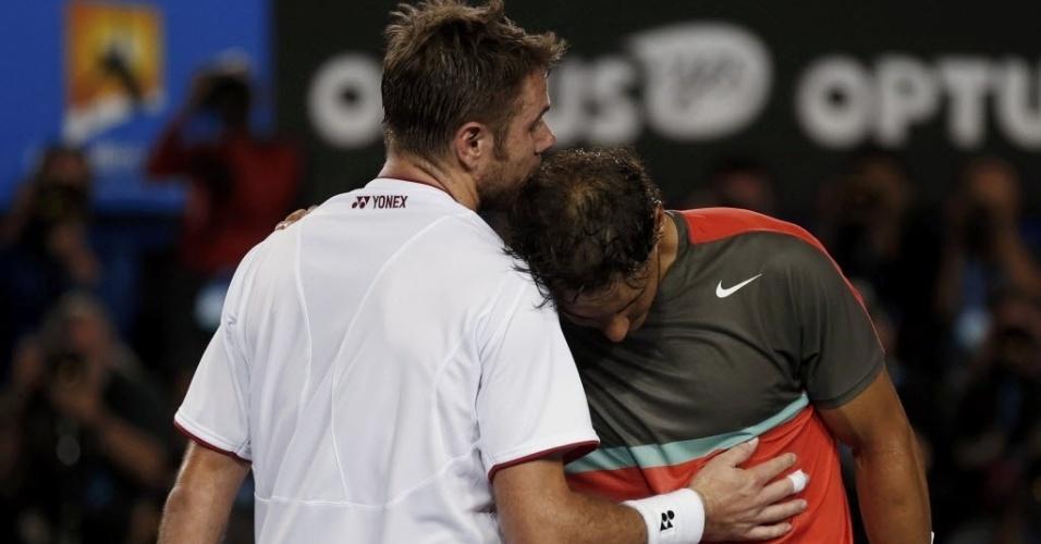 Stanislas Wawrinka abraça Rafael Nadal após vencer a final do Aberto da Austrália