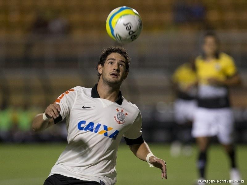 Alexandre Pato, atacante do Corinthians, tenta dominar a bola na partida contra o São Bernardo