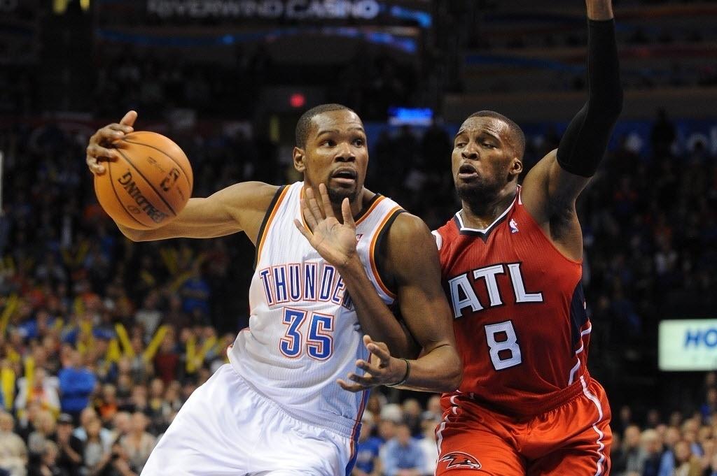 28.jan.2014 - Kevin Durant (esq.) marca 41 pontos e lidera vitória do Oklahoma City Thunder sobre o Atlanta Hawks na NBA