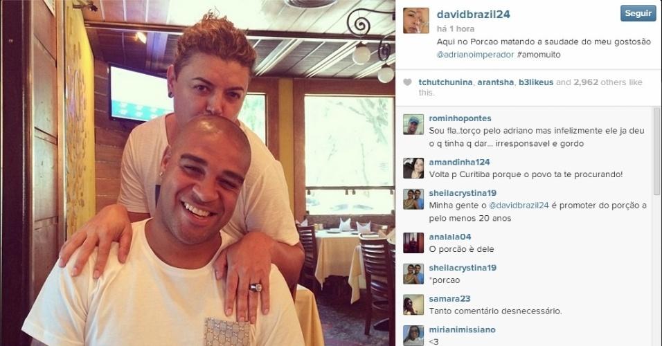29.jan.2014 - Adriano reapareceu em restaurante no Rio ao lado do amigo David Brazil