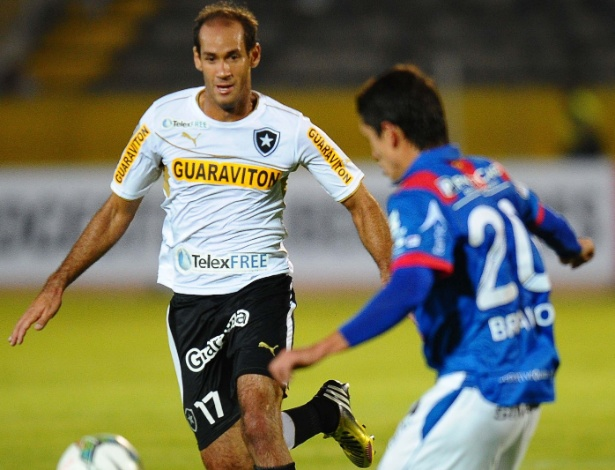 29.jan.2014 - Rodrigo Souto, do Botafogo, marca saída de bola do Deportivo Quito, na altitude equatoriana