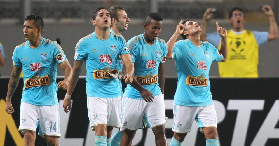 29.jan.2014 - Sporting Cristal abre o placar sobre o Atlético Paranaense com Irven Avila (direita), pela 'pré-Libertadores'