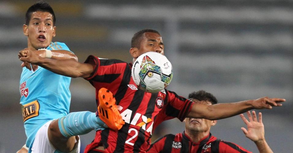 29.jan.2014 - Sueliton ajeita bola no peito sob forte marcação do Sporting Cristal, pela Taça Libertadores da América