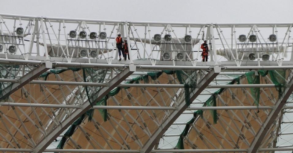 Alpinistas contratados pela construtora AG instalando os refletores do estádio Beira-Rio após interdição da DRT/RS (25/01/2014)