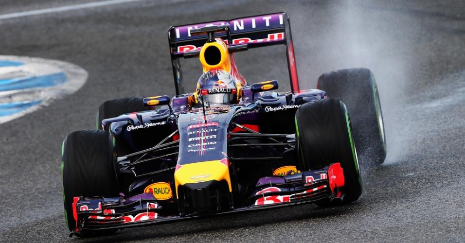 Sebastian Vettel durante segunda dia de testes dos carros da Fórmula 1 para a temporada de 2014; Pirelle molhou a pista para testar os pneus simulando dias de chuva